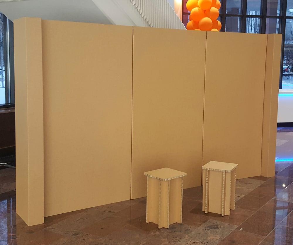 Seinä on valmistettu 20 mm paksusta 95% keräyspaperista valmistetusta Eco Board levystä. Erittäin tukeva ja kevyt seinä. Voimme tehdä seinään myös hyllyjä, koukkuja jne.
