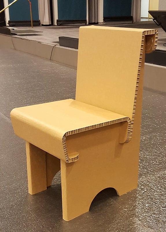 Tämä aikuisten tuoli on valmistettu tukevasta, 95% kierrätysmateriaalista valmistetusta 20 mm materiaalista. Tukevuudesta huolimatta se on silti evyt ja kestävä.