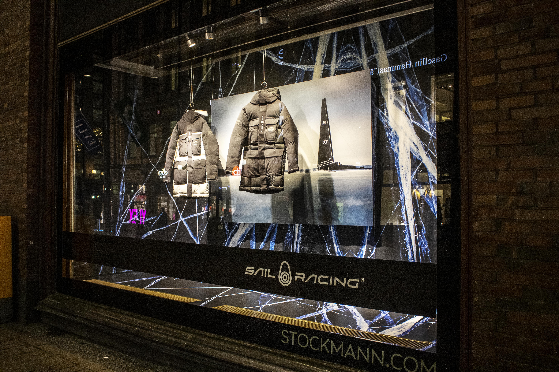 Sail Racing näyteikkuna Stockmannilla teipattiin. Näyteikkunan teippauksesta tuli näyttävä