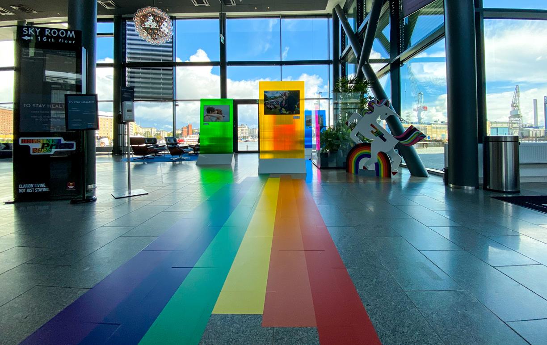 Helsinki Pride 2020 Coloro toteutti monta kymmentä metriä lattiatarraa, 9m pitkän valokuvausseinän ja monia muita elementtejä, mm. valokuvanäyttelyn Clarioniin.