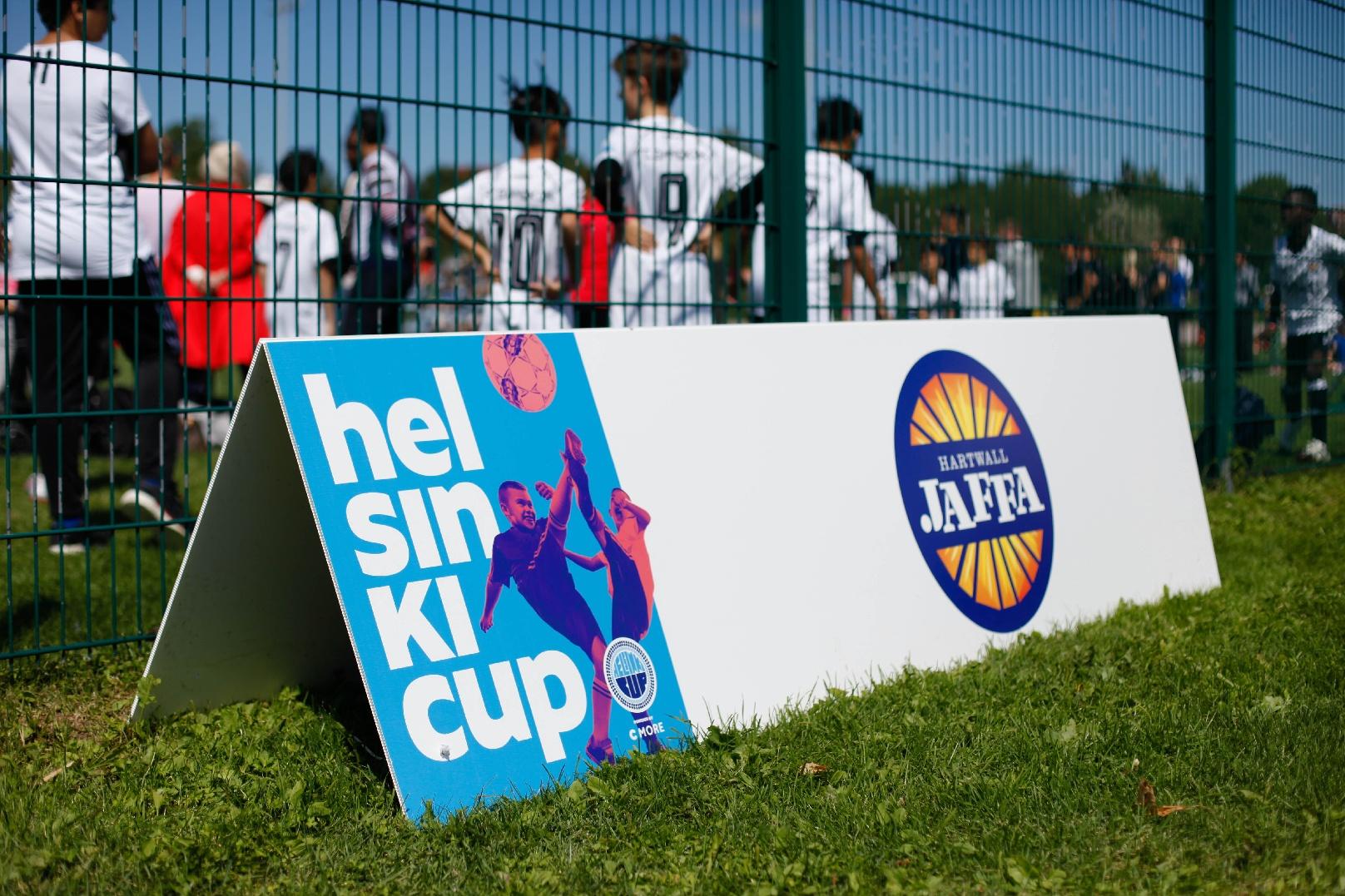 Helsinki Cup järjestetään kesällä 2020 ja Coloro on mukana värittämässä juniorjalkapallokilpailua tuottamalla kyltit ja bannerit ja muut.