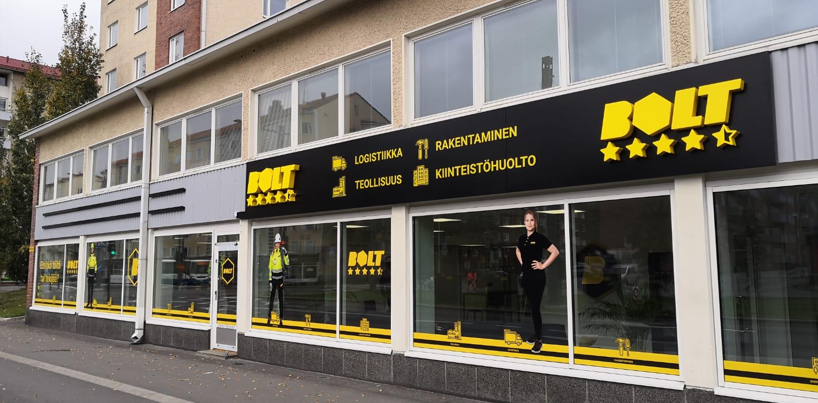 Tampereella sijaitseva Bolt.works toimiston ulkoasu uudistettiin teippaamalla ikkunat ja asentamalla upeat valomainokset rakennuksen kylkeen.